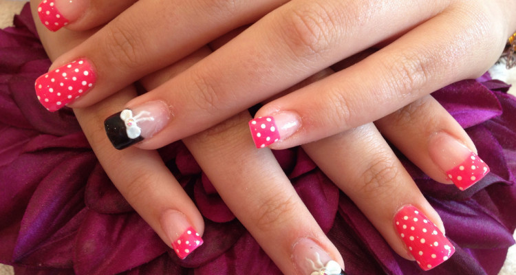 Acrylic Nails With Pocker Dot As Nail Art And 3d Bows On Ring Finger